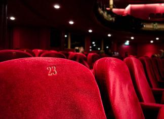 Dlaczego warto podarować bilety do teatru jako prezent?